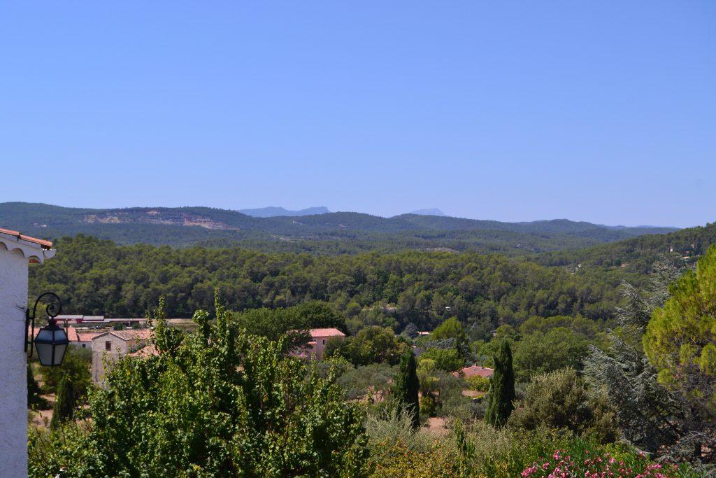 Udsigt fra vores balkon med Sainte-Baume massivet i horisonten