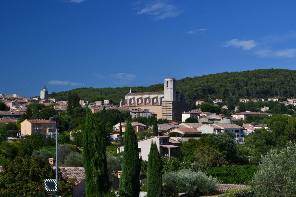 Et view ud over Lorgues med kirken i centrum