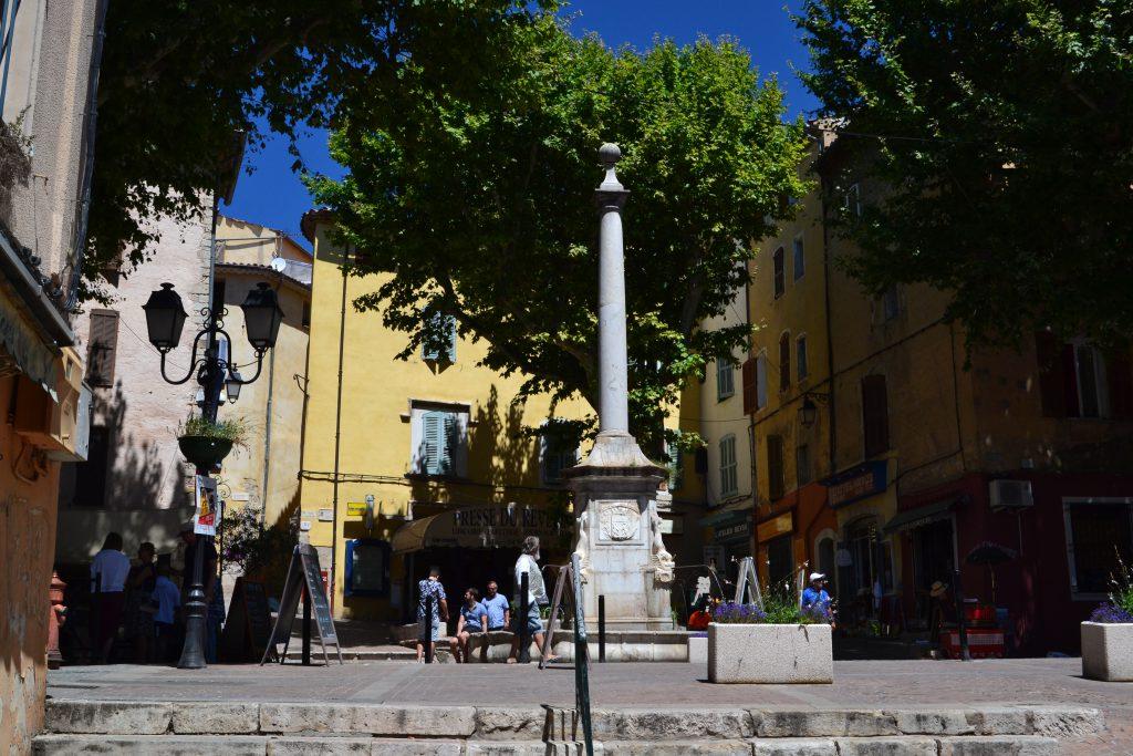 Byens fontæne i hovedgaden - det hedder sig, at hvis man drikker af vandet, forbliver man i Lorgues for altid