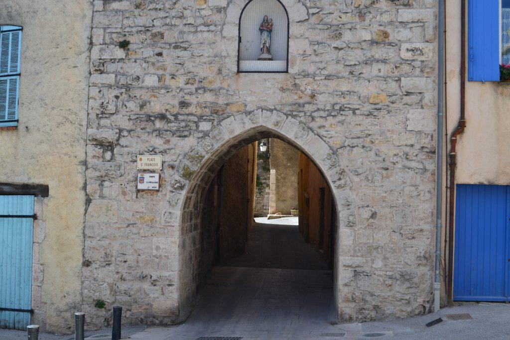 En af byportene i Lorgues