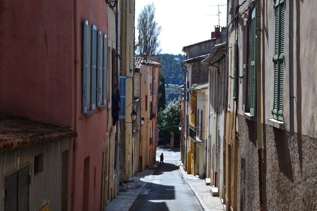 Rue du Collége - en sidegade til hovedgaden med huse i forskellige farver