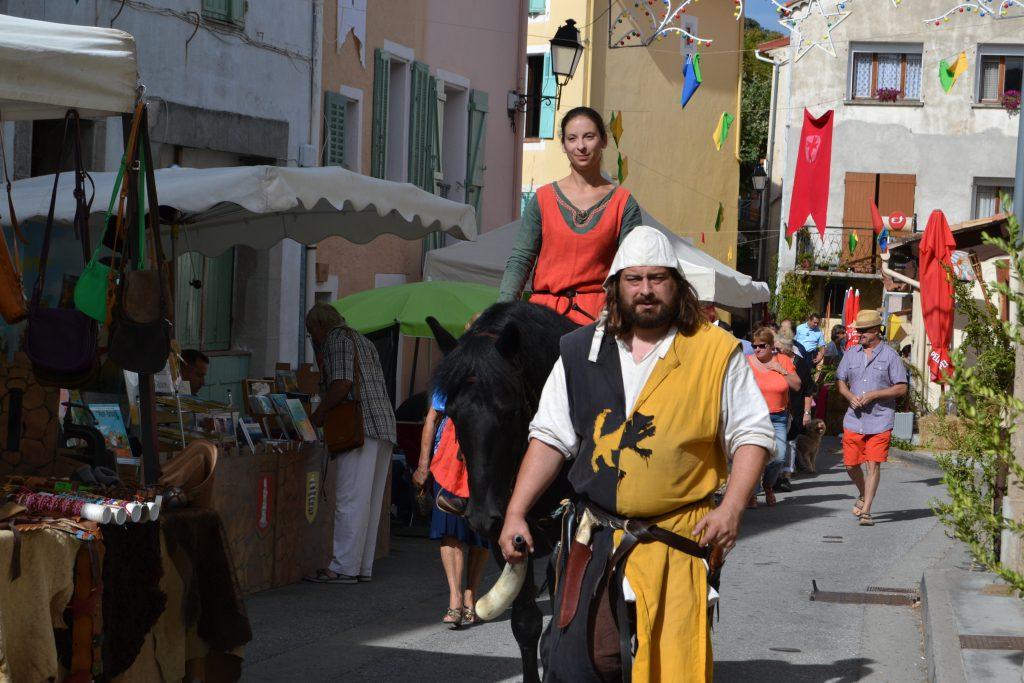 En middelaldermand og en middelalderkvinde til hest