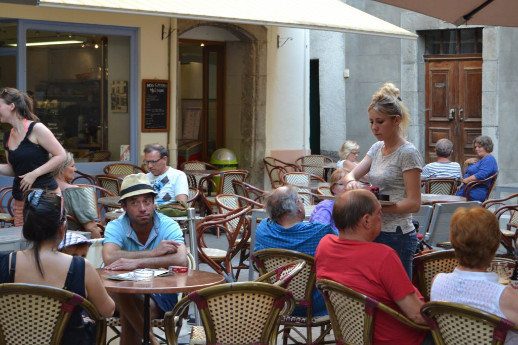 En af byens mange caféer med masser af liv