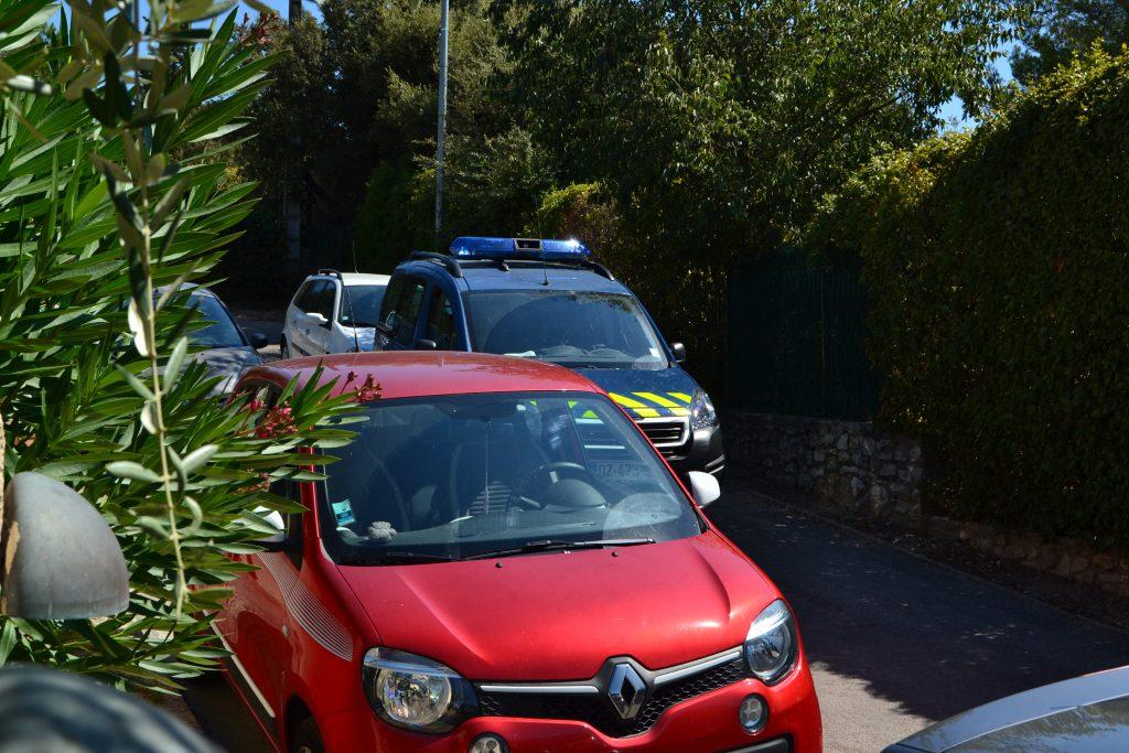 Der begynder at holde biler bagved politibilen