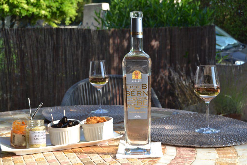 De firkantede flasker fra Chateau de Berne - når Bistro 59 engang skal have udskiftet deres køleskab, kan du sikkert få serveret vand fra disse flotte flasker