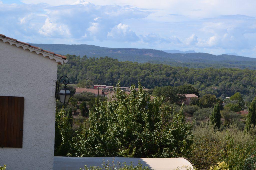 Den røde gård, der ligger der nede er L'Estello - set fra vores balkon