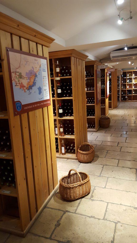 800 forskellige vine er der på hylderne i Maison des Vins i Les Arcs