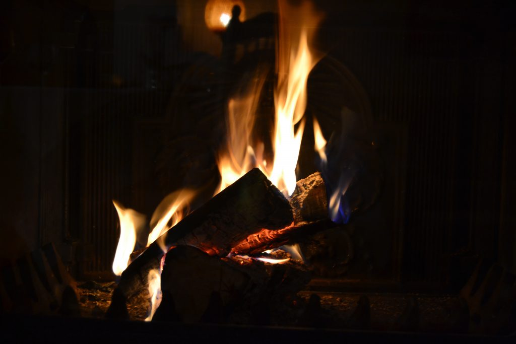 Ild i pejsen er altid hyggeligt- ikke mindst ved juletid