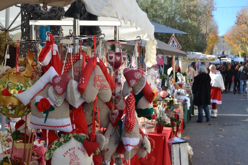 Også her kan der købes julepynt i lange baner