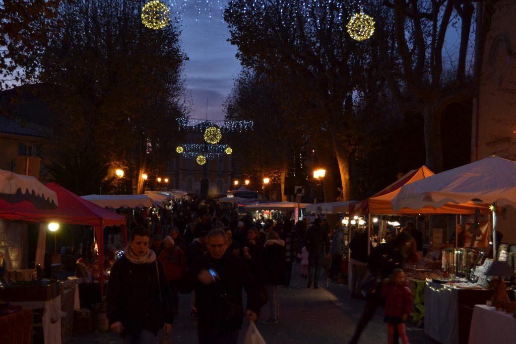 Her er mørket begyndt at sænke sig over julemarkedet i Lorgues