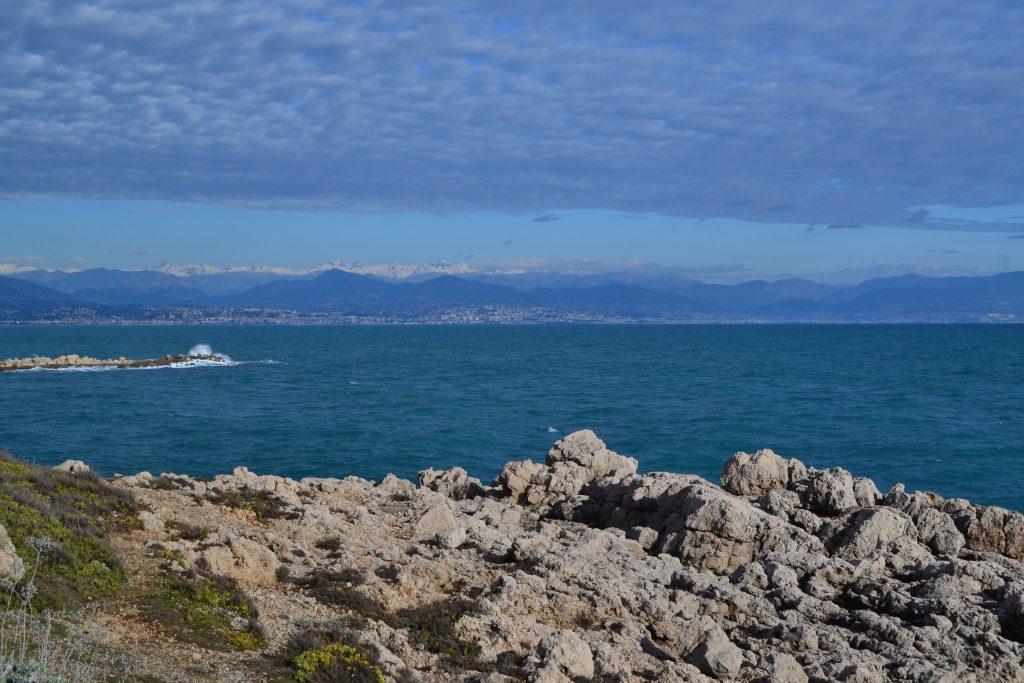 Flot solskinsvejr over Middelhavet. I baggrunden ses bjergene med sne på toppen.