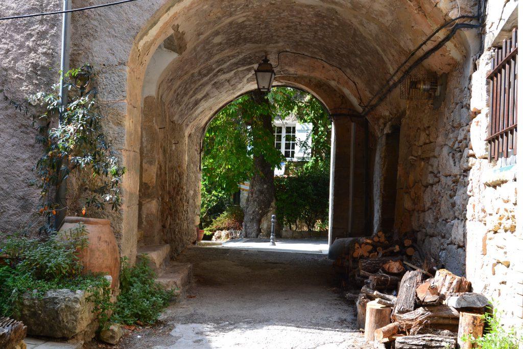 En gammel byport - her i byen Chateaudouble - mere skal der ikke til for at forkæle sanserne. Og det er typisk provencalsk