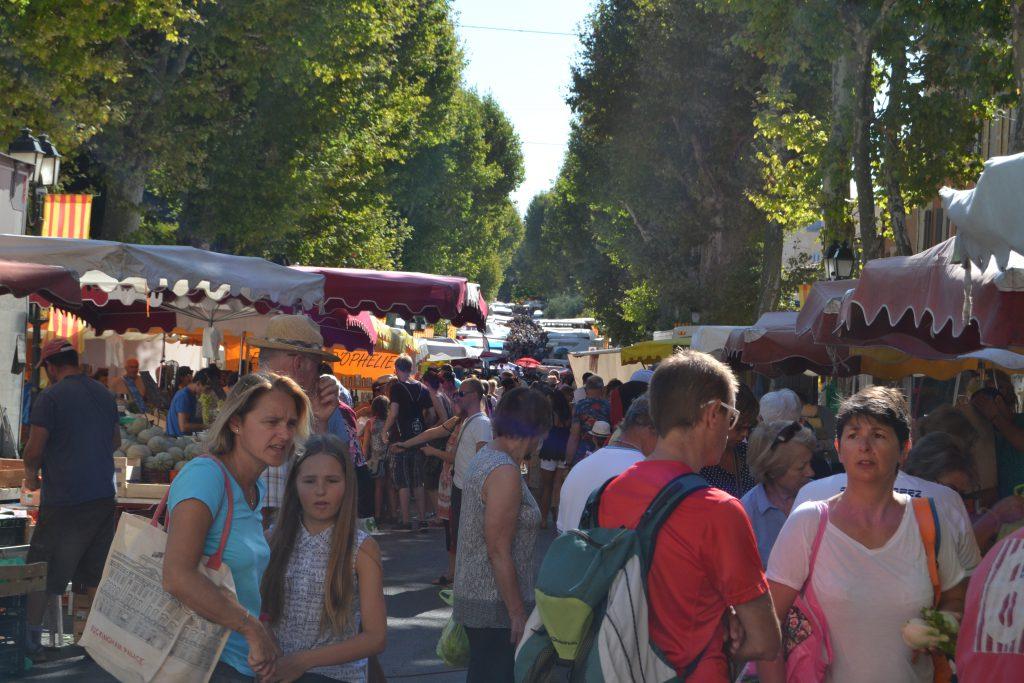 Og tirsdagsmarkedet, der er byens absolutte tilløbsstykke. Men selvfølgelig stor forskel på menneskemængden mellem sommer og vinter