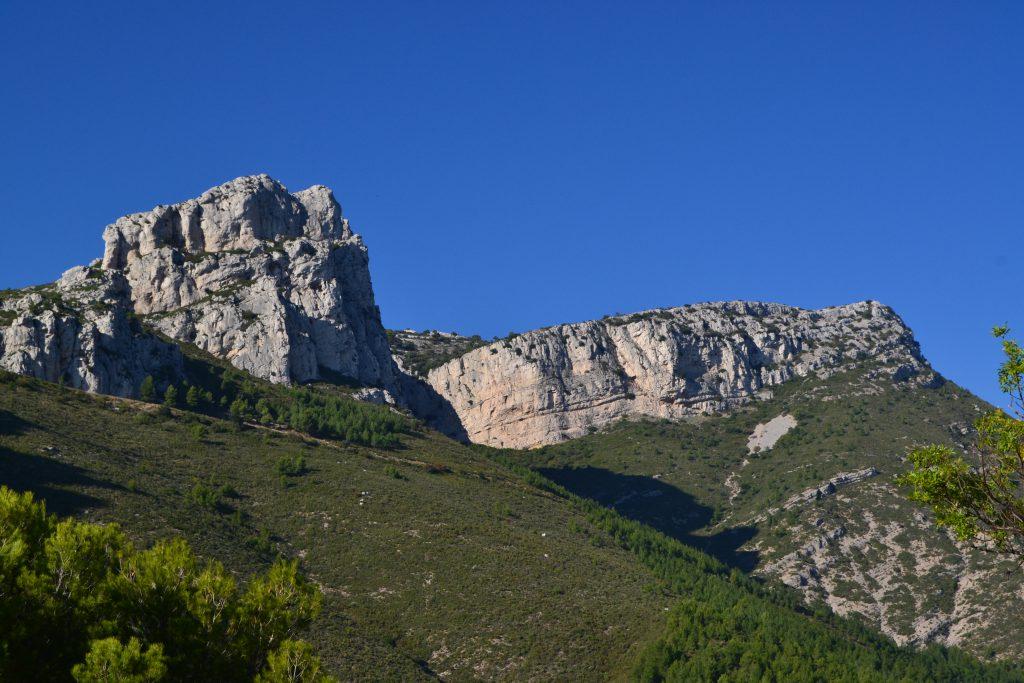 Og her har vi så den grå-hvide Sainte-Baume. En del af dette massiv kan vi se fra vores balkon