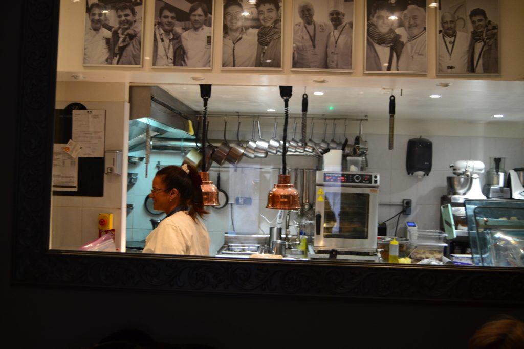 Et kig ud i køkkenet. Bemærk billederne, der hænger over glasruden, hvor en af Carstens helte - Rasmus Kofoed er på