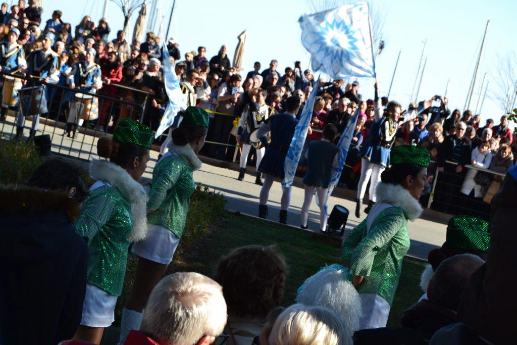 Her ses drengene med de blå og hvide flag i baggrunden, mens duskedamerne er i forgrunden