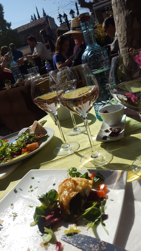 En dejlig plads i solen på Les Bartavelles, og god mad på tallerkenen