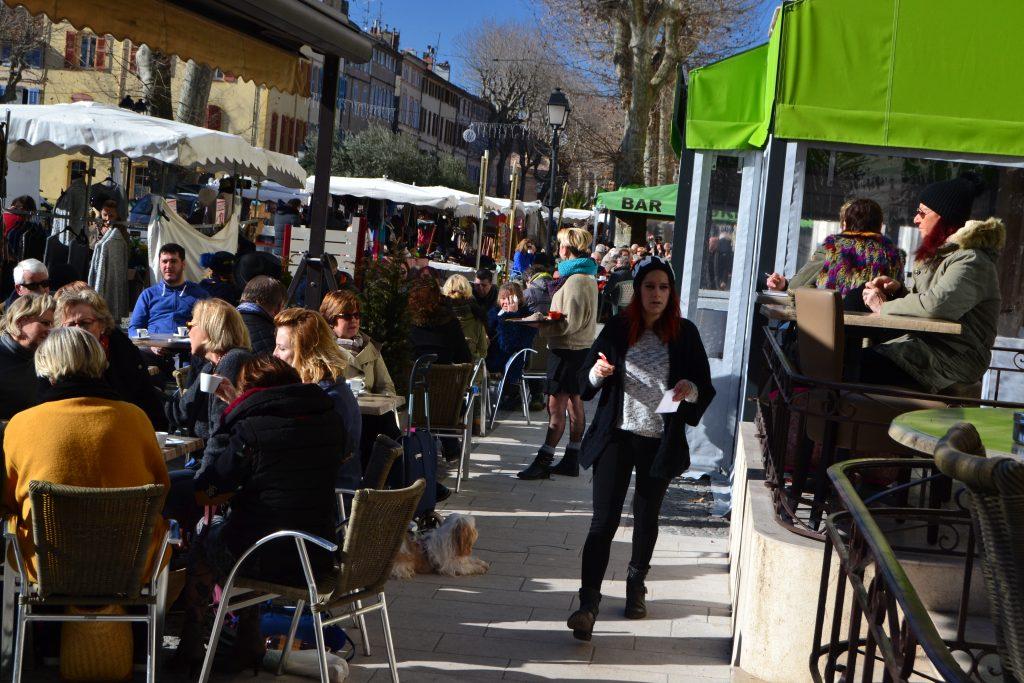 Både vi og mange andre flokkes om pladserne på caféerne på denne skønne markedstirsdag i januar