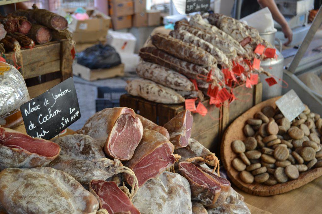 Her er bare et lille udvalg af de fantastiske råvarer, vi har adgang til – skinker, pølser og gedeost – fra markedet i Lorgues