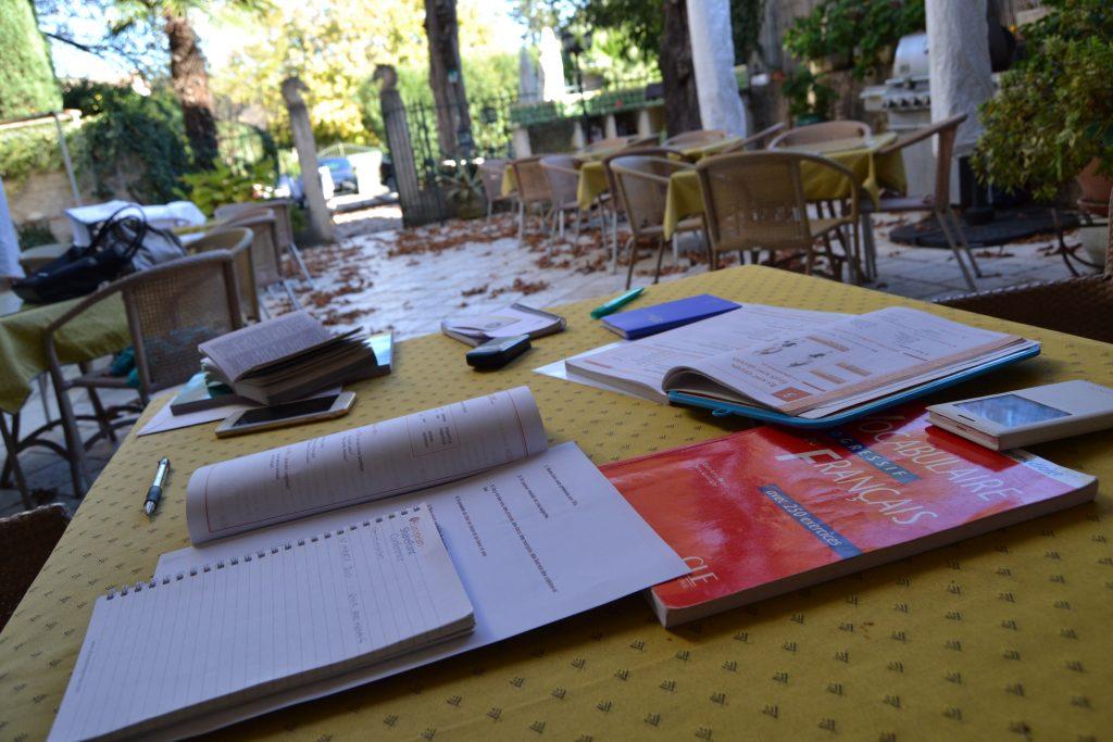 Så har vi gang i den franske grammatik. Vores eneundervisning foregår på Maison du Midi her i Lorgues, og når vejret er godt sidder vi i den skønne have