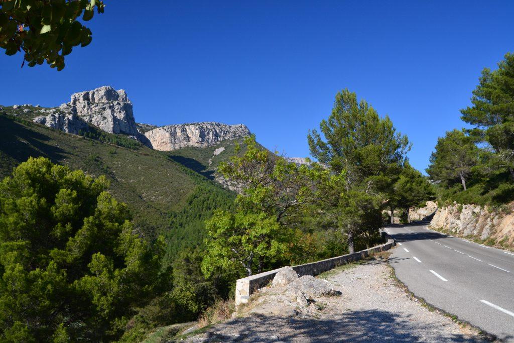 Her er det Massif de la Sainte-Baume, der bare er et af de mange smukke bjerglandskaber, der ligger i nærheden. Billedet er taget tæt på, men faktisk kan vi se det ude i horisonten fra vores balkon