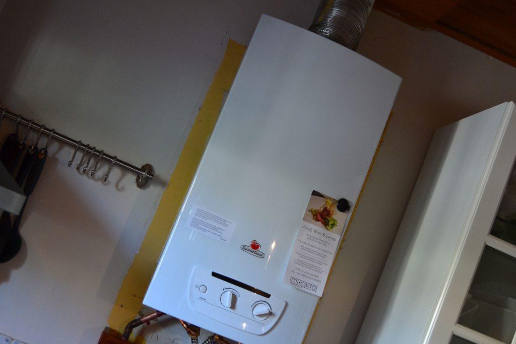 Og den nye er nu monteret. Den er mindre end den gamle, så køkkenet skal også lige males, men det behøver vi heldigvis ikke at hyre en ekstern maler til